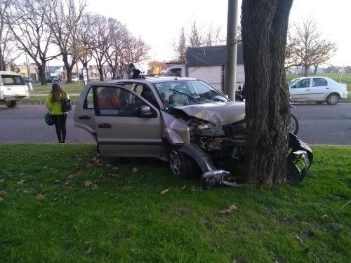 Perdió el control de su camioneta y chocó contra un árbol