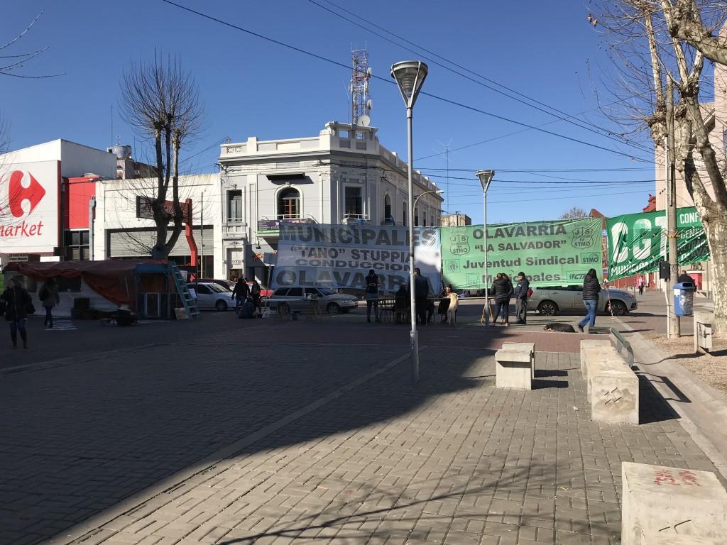 Municipales: sigue la carpa frente a la Municipalidad