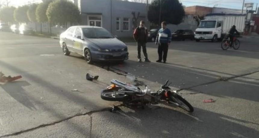 Un motociclista quedó herido tras chocar con un auto