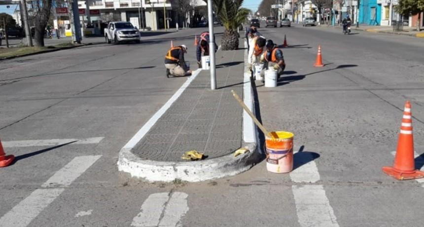 Pintura en los separadores de Avenida Del Valle