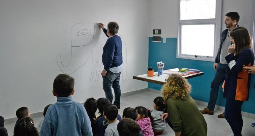 El artista  Milo Lockett pintó un mural en la sede del Hogar Peñihuén