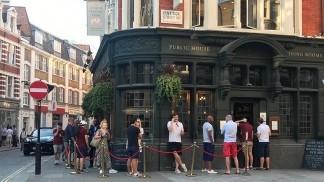 Antes de la reapertura de los bares, Johnson llamó a los británicos a ser responsables