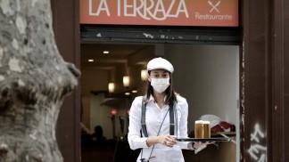 España suma brotes en el sur y mantiene confinadas a casi 300.000 personas en el norte