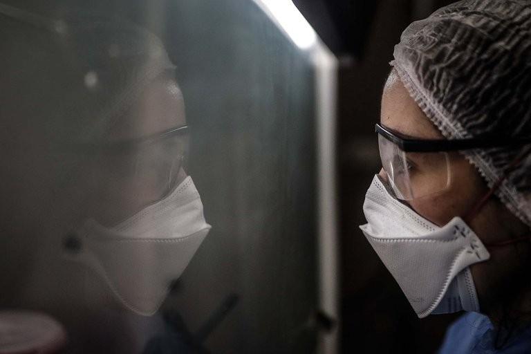 """""""Morir acompañado"""": el protocolo que implementó un hospital para que las muertes por coronavirus no sean solitarias"""