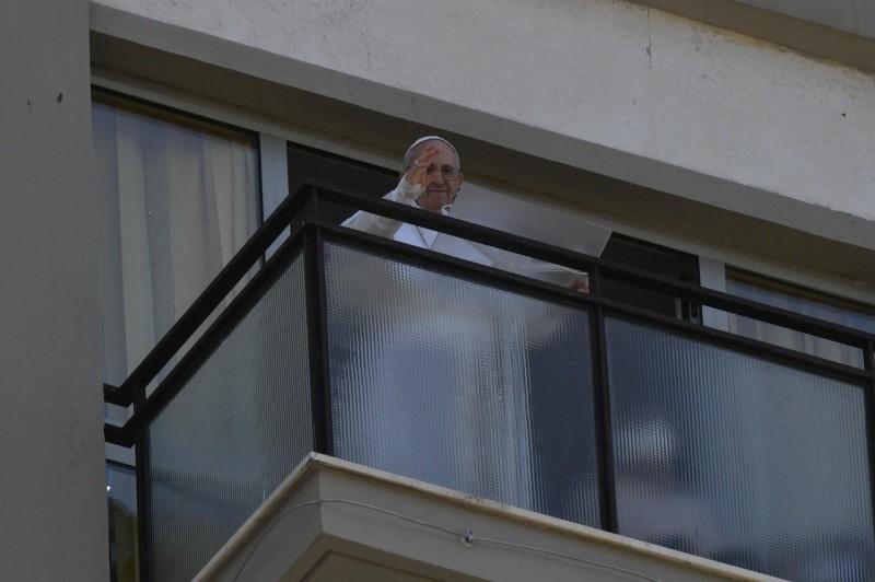 El Papa reapareció en público tras la operación de colon