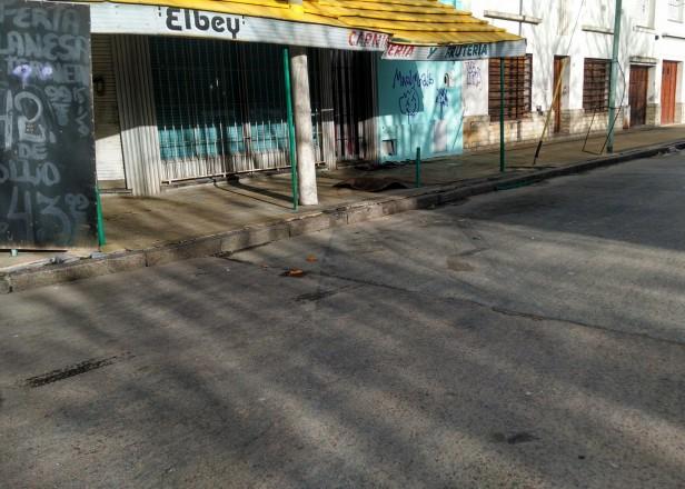 Auto impactó contra una verdulería: el conductor dio 2.45 de alcoholemia