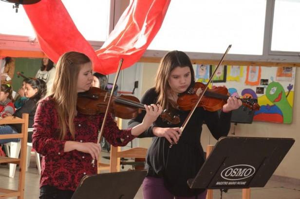 Detenidos fabrican atriles para la Orquesta Escuela