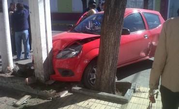 Chocaron dos autos en Alsina y Alvaro Barros
