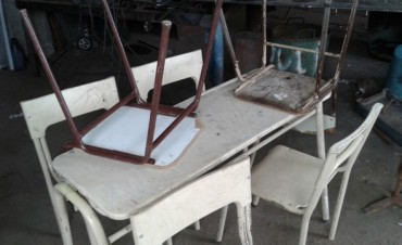 La Unidad Nº 2 ayuda con la refacción de bancos y sillas escolares