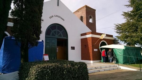 Celebración de San Cayetano: incesante peregrinar de fieles en el templo del barrio CECO