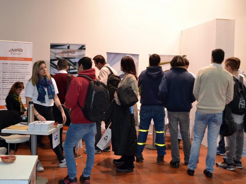 Centenares de estudiantes participan de la Expo Empleo Joven