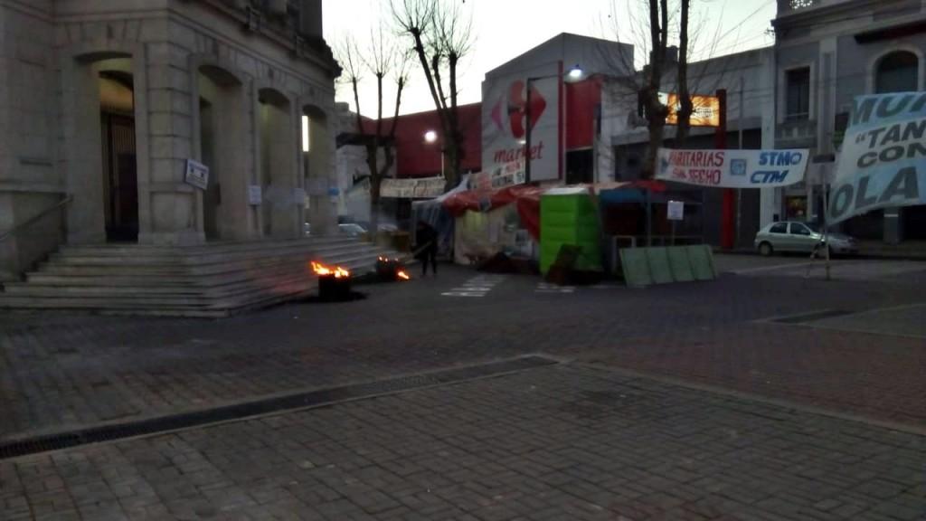 Carpa de Municipales: Llegó el fuego y el humo a la protesta
