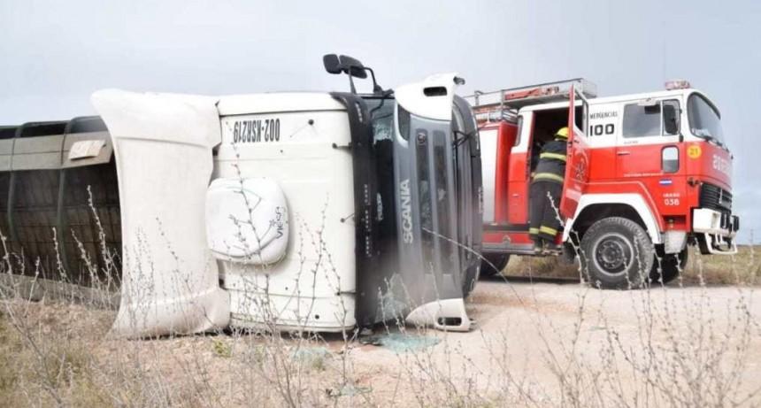 Camión volcó en camino vecinal de la zona de Santa Luisa