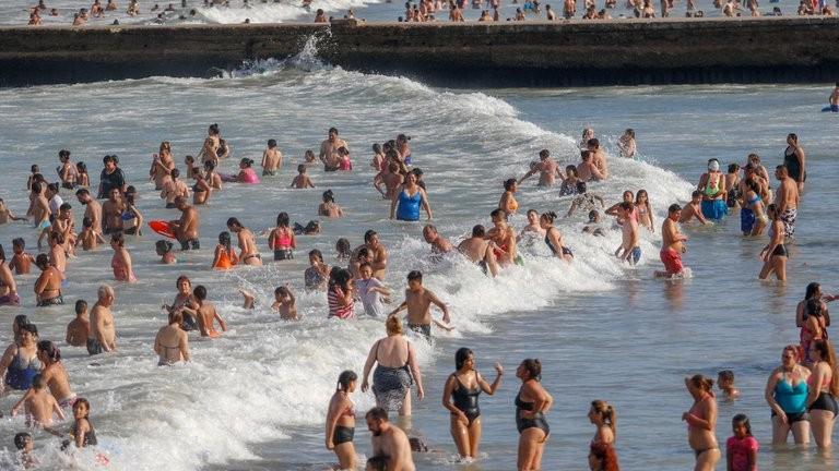 Habrá temporada de verano: el Gobierno confirmó que se podrá llevar adelante la actividad turística en todo el país con protocolos