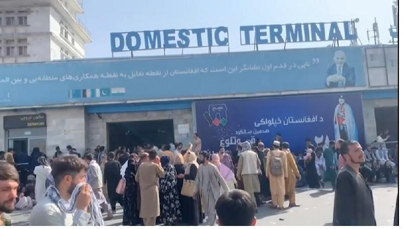 Caos en el aeropuerto de Kabul por los intentos de escape de la población