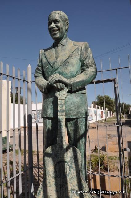 Estatua de Gardel: será reubicada a unos metros de su posición original