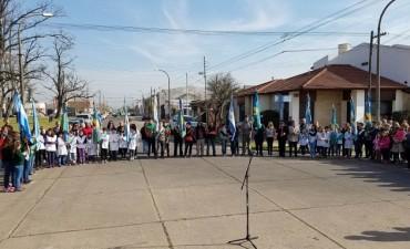 Con un llamado a la reflexión sobre la violencia y la búsqueda de un nuevo lugar para el busto de Sarmiento, se celebró el día del maestro