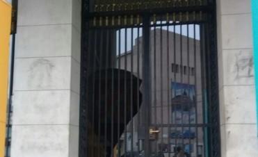 Vándalos rompieron vidrios de la Municipalidad