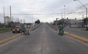 Tareas de limpieza en el puente de avenida Colón