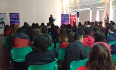 #MesJoven: cientos de estudiantes pasaron por el ciclo de charlas