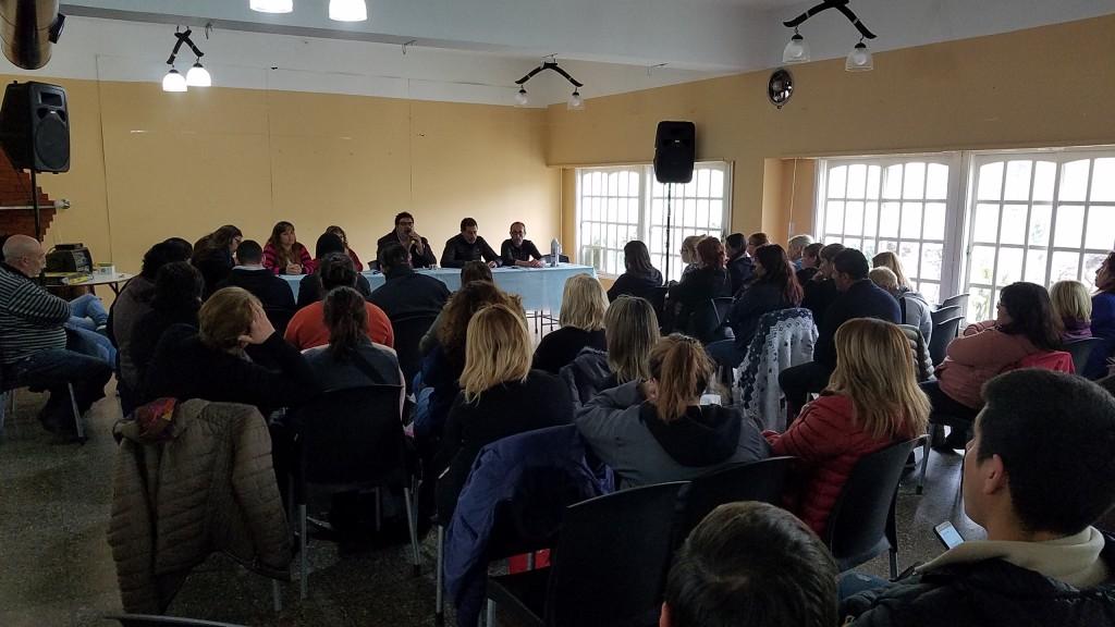 Trabajadores municipales debaten en asamblea la propuesta salarial
