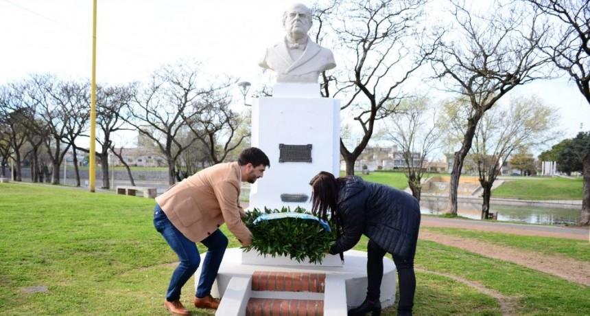 Acto por el Día del Maestro en el busto a Sarmiento