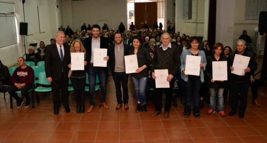 Cerca de 300 familias en un nuevo acto de entrega y firma de escrituras
