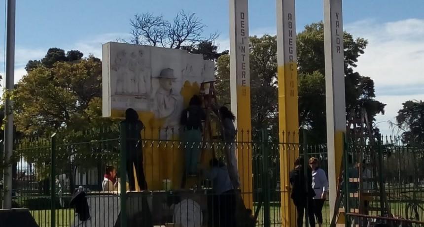 La Escuela de Artes Visuales restaura el monumento a Bomberos