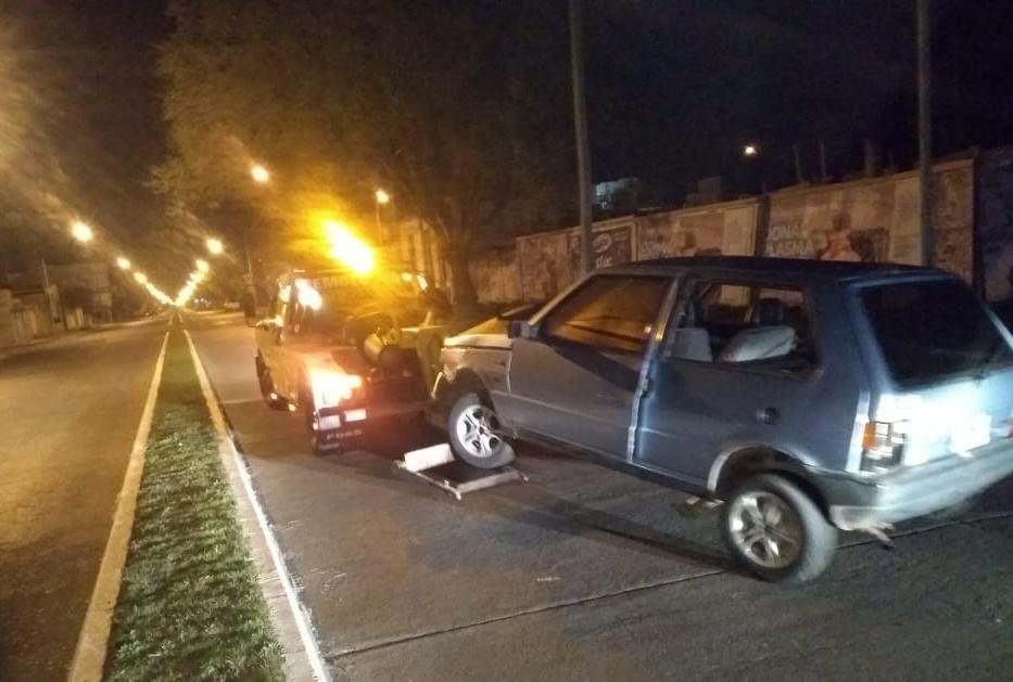 Labraron infracciones al dueño del automóvil que chocó contra una columna