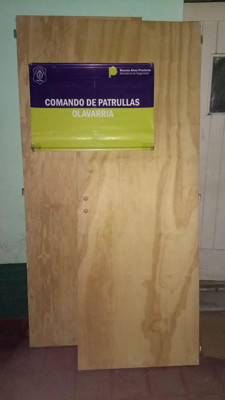 Buscan al propietario de dos puertas placa