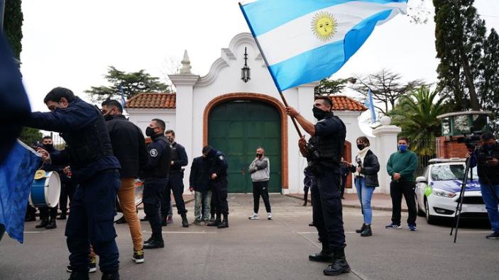 Policías de la Provincia protestaron en la Quinta de Olivos