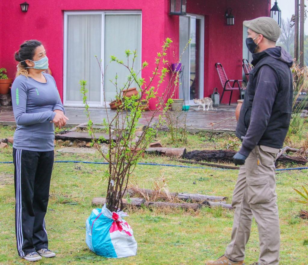 Tapalqué: el Municipio entregó árboles frutales a productores