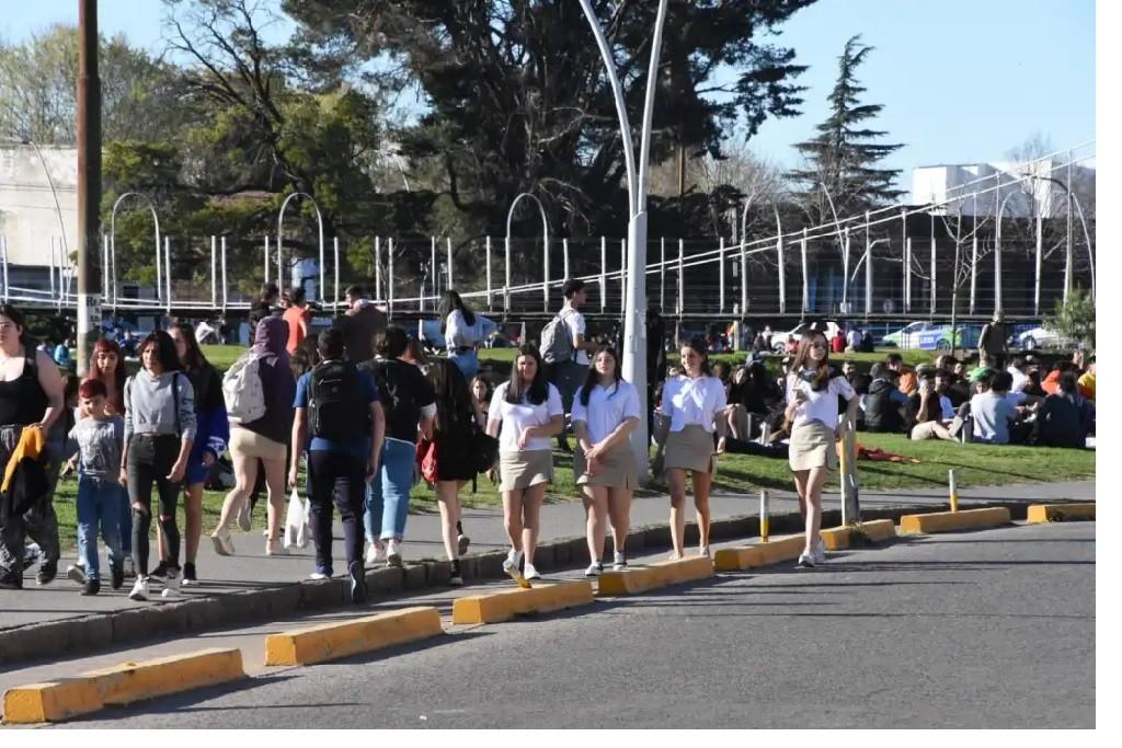 Día de la Primavera y del Estudiante: 'los jóvenes colmaron los parques'