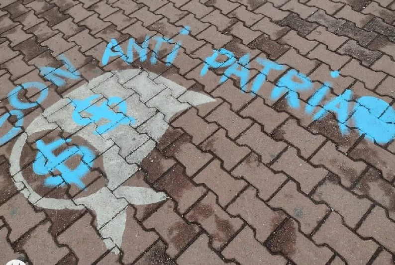 El Movimiento Evita repintará los pañuelos dañados en la Plaza Coronel Olavarría