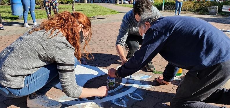 El Movimiento Evita repintó los pañuelos dañados en la Plaza Coronel Olavarría