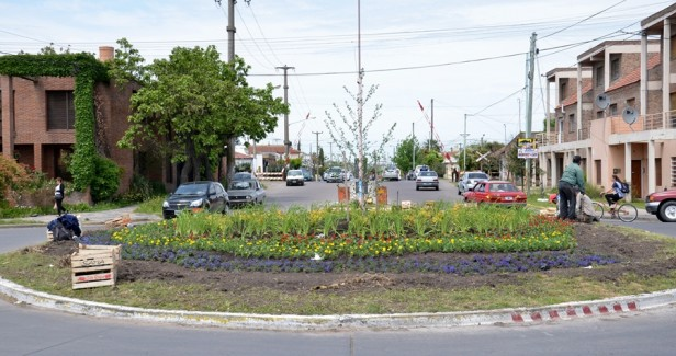 El Gobierno Municipal comenzó con trabajos de parquización en rotondas