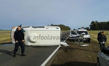 Una ambulancia volcó en ruta 226