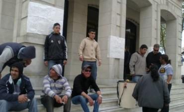 Reclamaron trabajo frente a la municipalidad