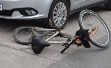Un ciclista fue derivado al hospital tras ser embestido por un auto