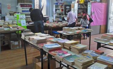 Feria del libro usado en la biblioteca 1ro de Mayo