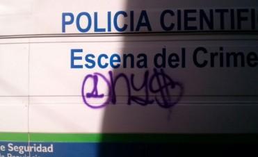 Detuvieron a dos menores que realizaban grafittis en un camión policial