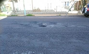El mal clima complica las reparaciones de caminos rurales y baches en la ciudad