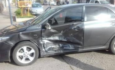 Fuerte choque entre dos autos en avenida Colón y Lavalle: una mujer herida