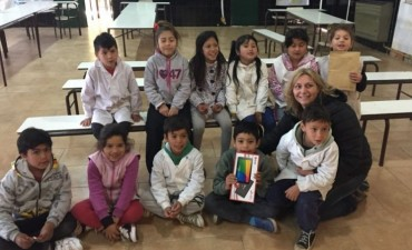 Entrega de tablet al ganador del crucigrama Cultura Viva