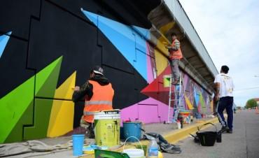 Últimas pinceladas de color en el Puente de Av. Colón