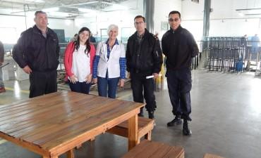 """Internos de la Unidad Nº 38 confeccionaron bancos y mesas para """"Crecer Juntos"""""""