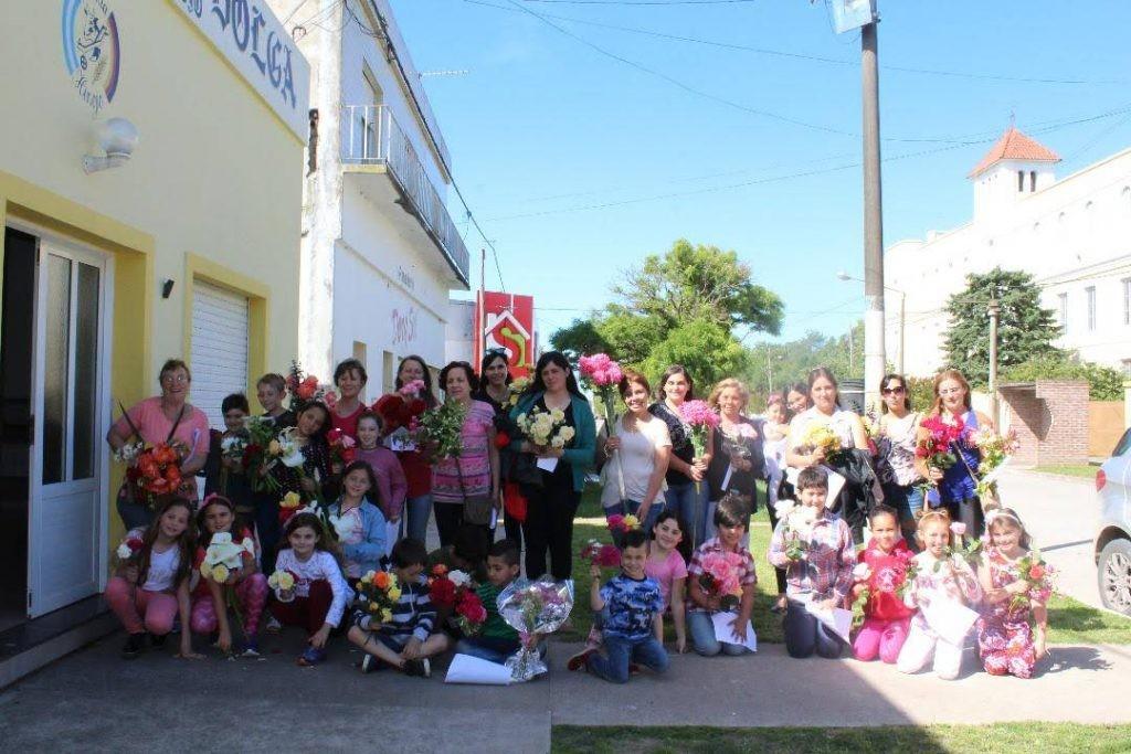 Exposición de flores y rosas en el Museo de Colonia Hinojo