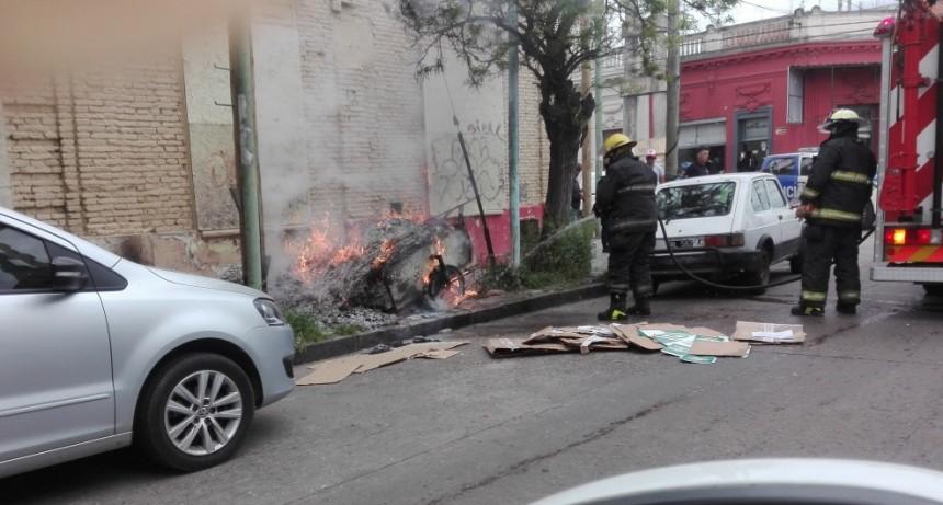 Bomberos apagaron un carrito cargado de cartones