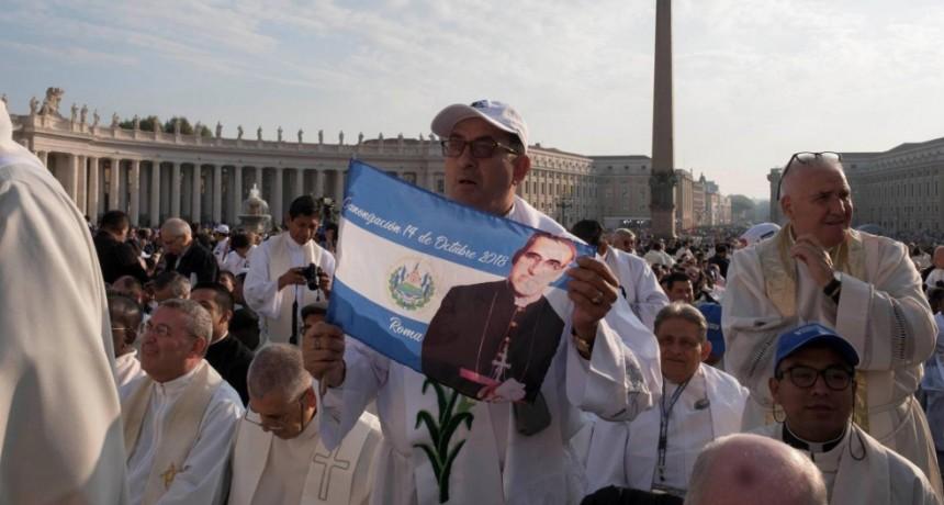 El Papa proclama santos al obispo salvadoreño Óscar Romero y a Pablo VI