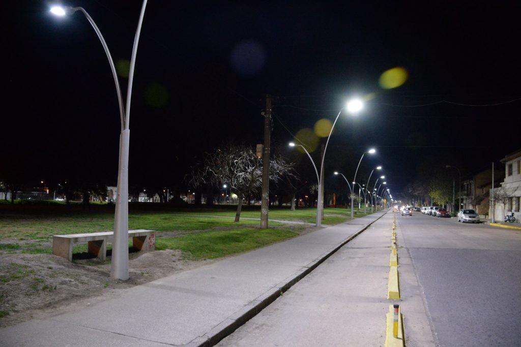 En el Parque Mitre se realiza la colocación de proyectores led